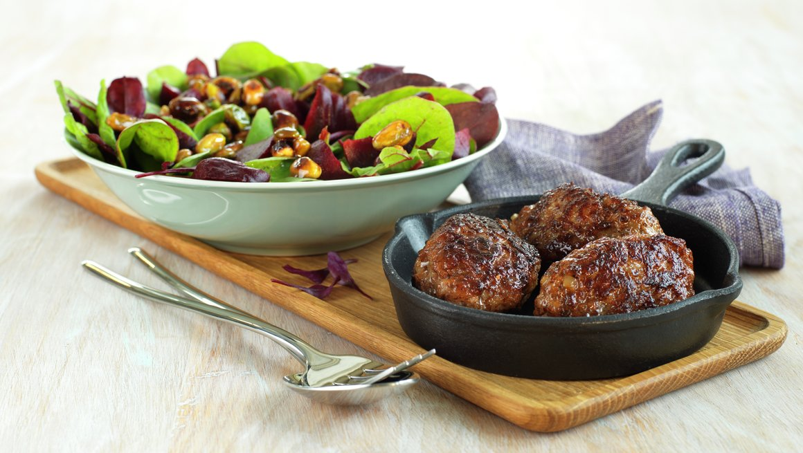 Frikadeller med salat,rødbeter og glaserte nøtter