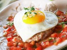 Speilegg på karbonade med tomatsalsa