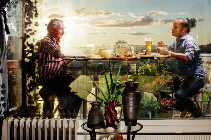 Oslo 20200824  MatPrat - det norske middagsmŒltidet  F.v. Geir Golden S ther og kj resten Barbaro Maikel Mendoza Mu oz spiser kubansk mat pŒ balkongen pŒ Enerhaugen i Oslo.  Foto  Andrea Gjestvang