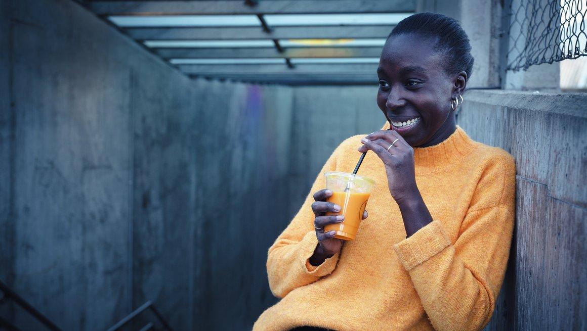 Jente som drikker smoothie
