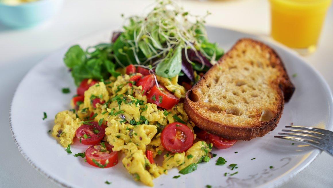 Eggerøre med grønnsaker og ost