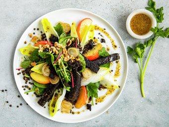 Lun salat med blodpudding, epler og linser