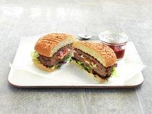Grillet hamburger fylt med tomat og mozzarella