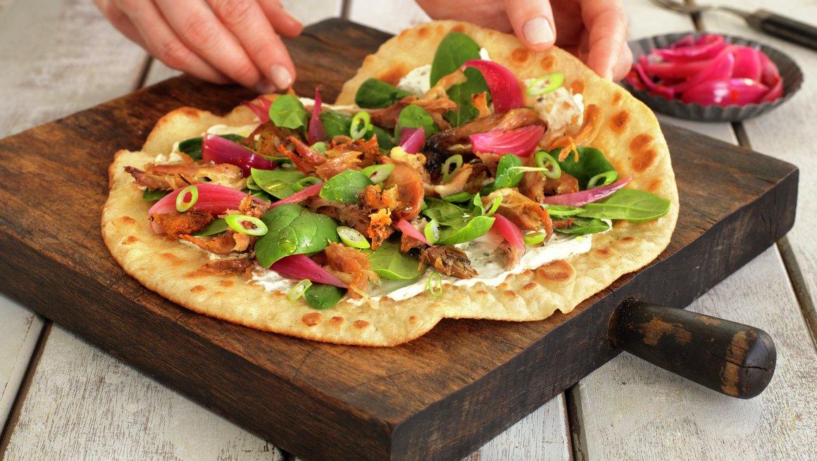 Lefsepizza med kyllingconfit og syltet rødløk