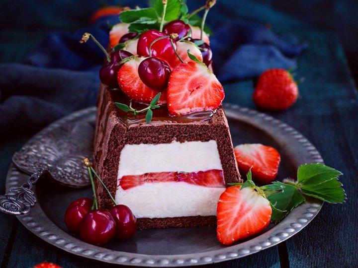 Sjokolade bløtkake med mascarpone krem, salt karamelsaus og bær