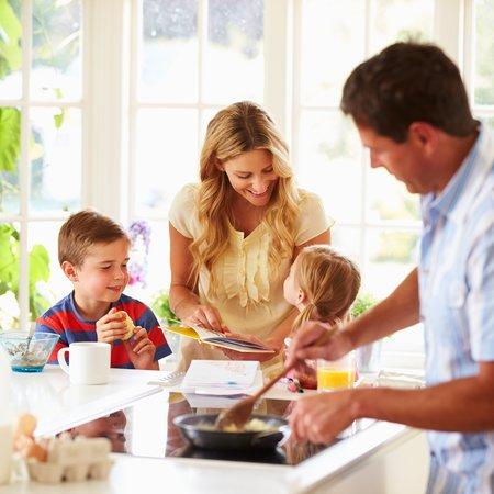 Familie på kjøkkenet