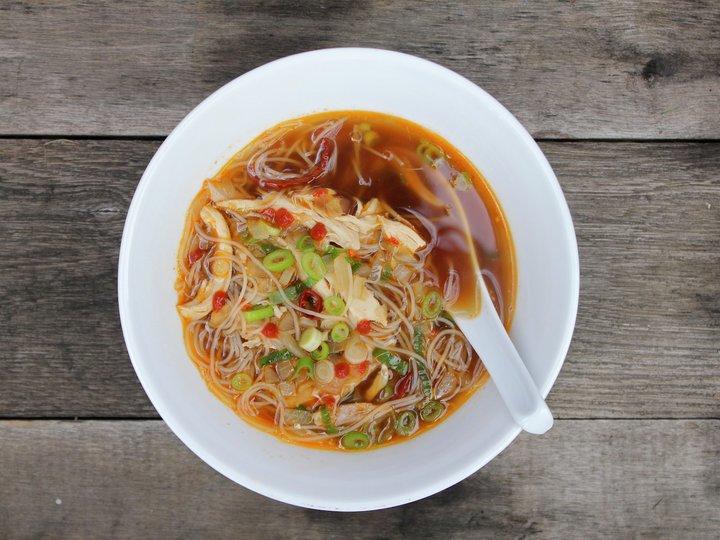 Asiatisk kylling-nuddel suppe