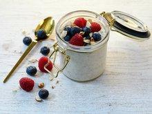 Kjøleskapsgrøt med friske bær og mandler