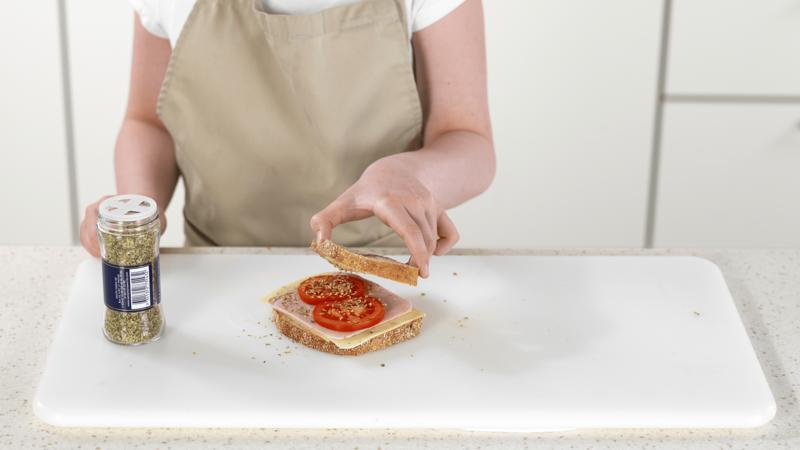 Toast med ost, skinke og tomat