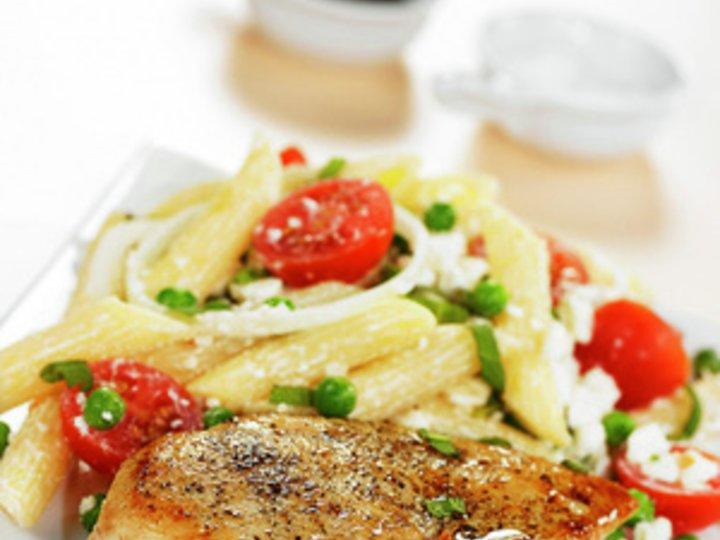 Fylt kyllingfilet med pasta- og ertesalat