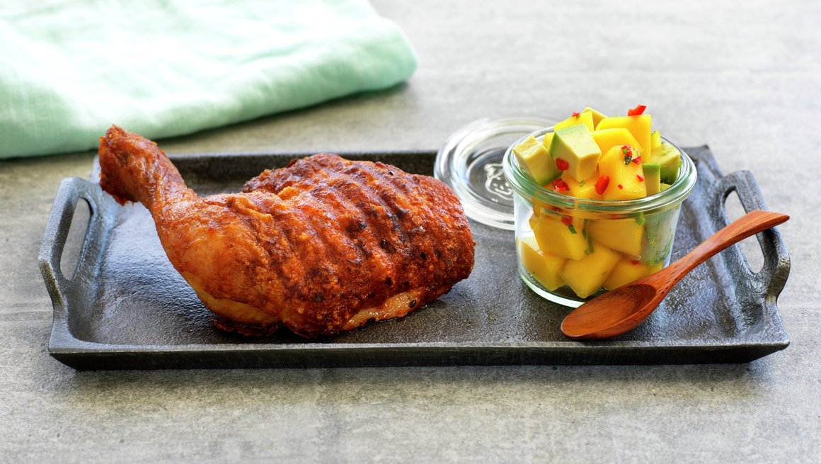 Grillet kyllinglår med mango- og avokadosalat