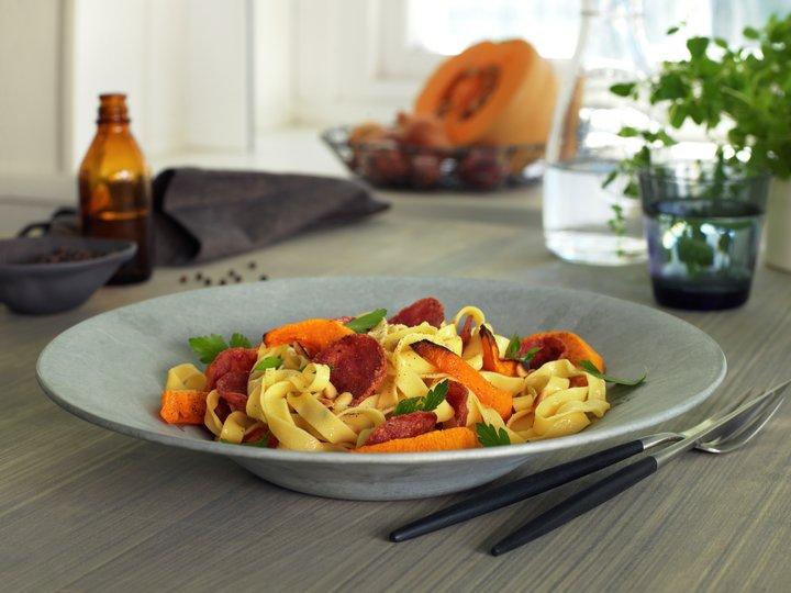 Tagliatelle med salami og gresskar