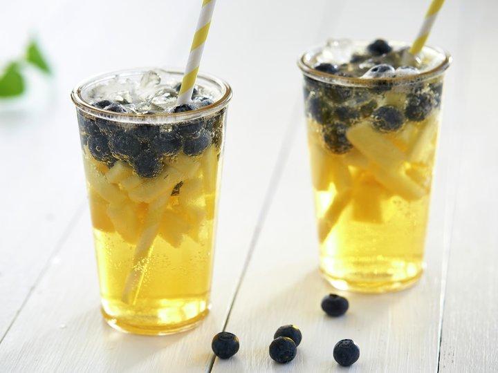Sommerdrikk med ananas og blåbær
