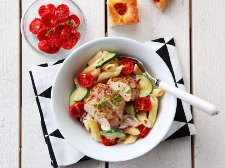 Kremet pasta med kylling, hvit castello og bakte tomater