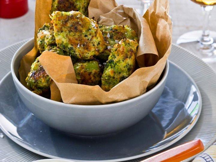 Brokkoli- og osteboller med karridipp