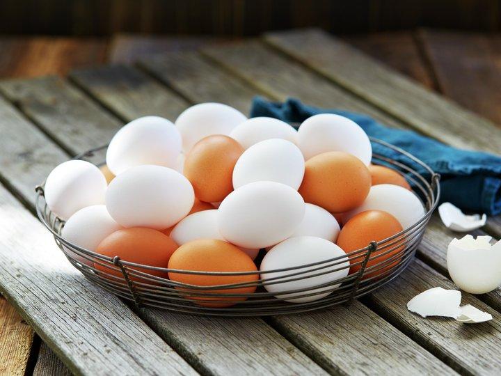 Hvite og brune egg i kurv