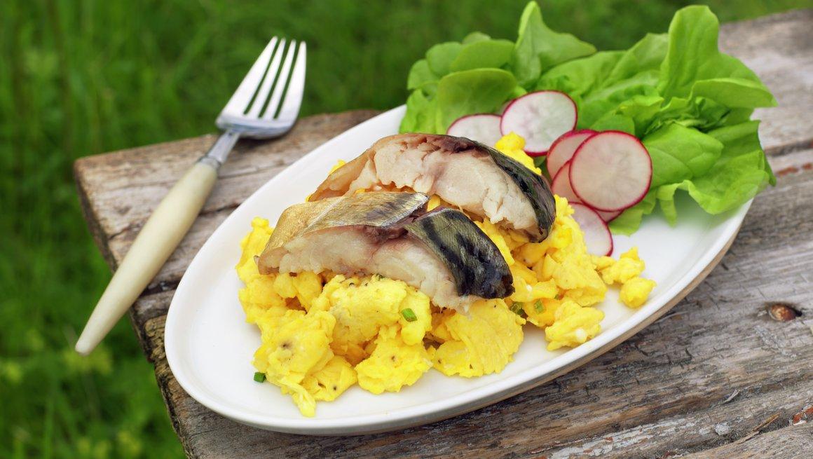 Eggerøre med kaldrøkt makrell