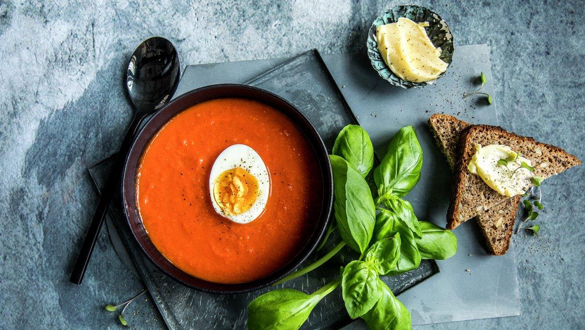 Tomatsuppe med kokt egg