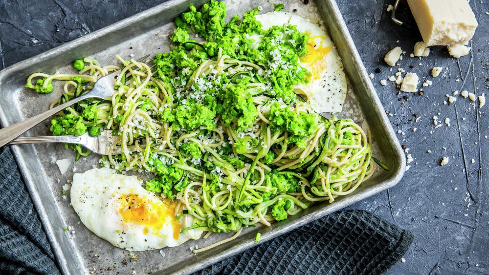 grønn pasta med stekt egg