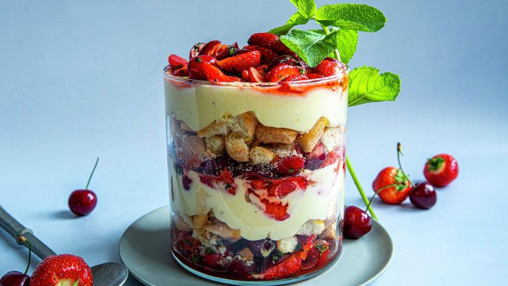 Trifle med jordbær og moreller