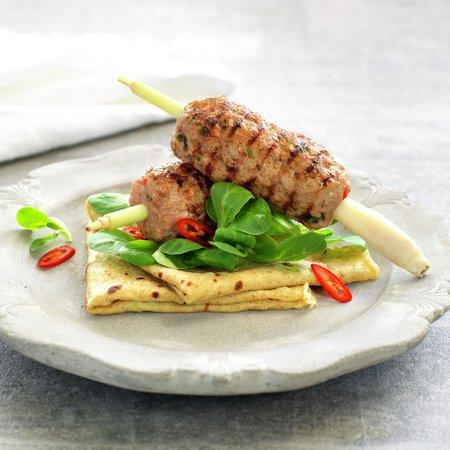 Grillet svinekjøtt på spyd med asiatiske pannekaker