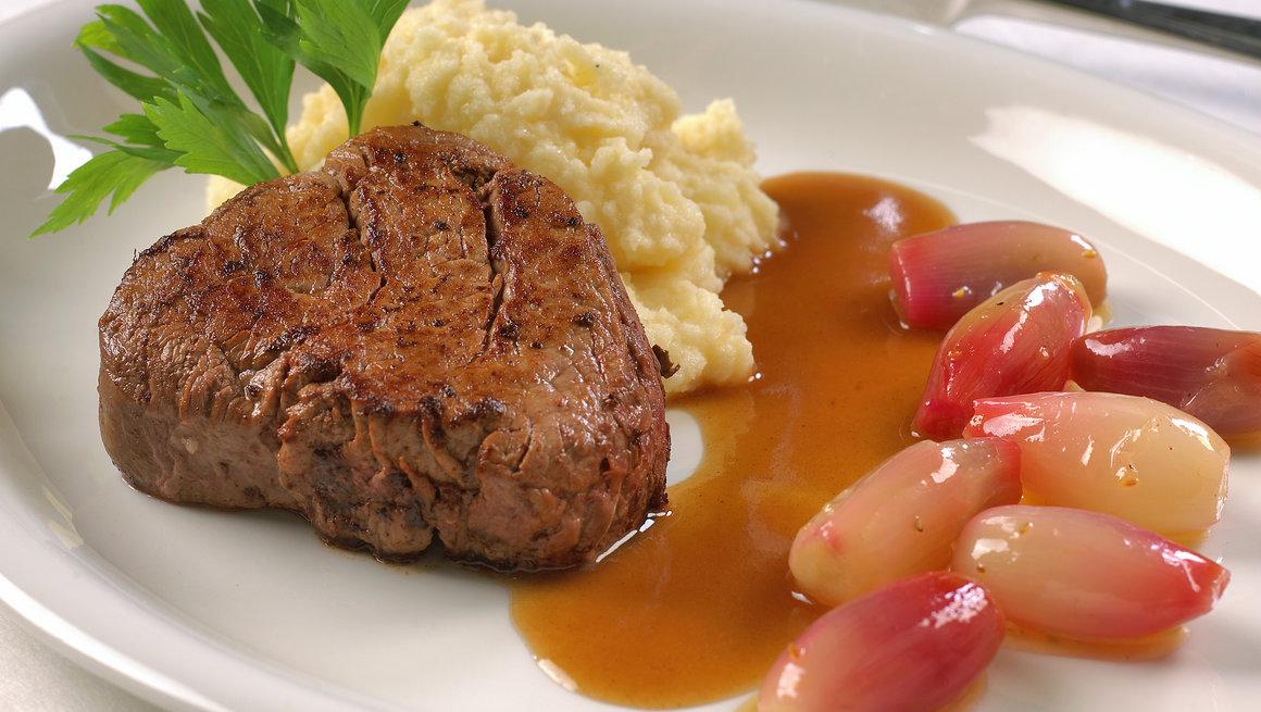 Oksefilet med saus Bourgogne, pastinakkrem og glasert løk