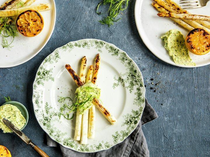 Grillet hvit asparges med urtesmør