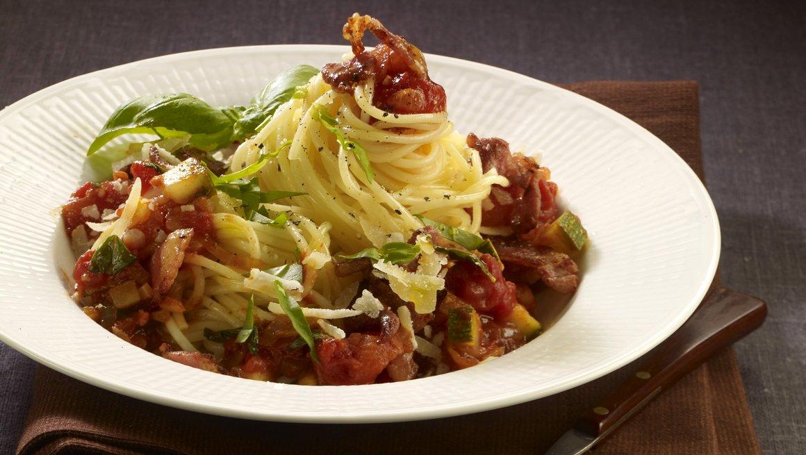 Pasta med tomatsaus og bacon