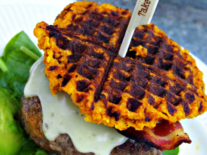 Saftig cheeseburger med søtpotetbrød