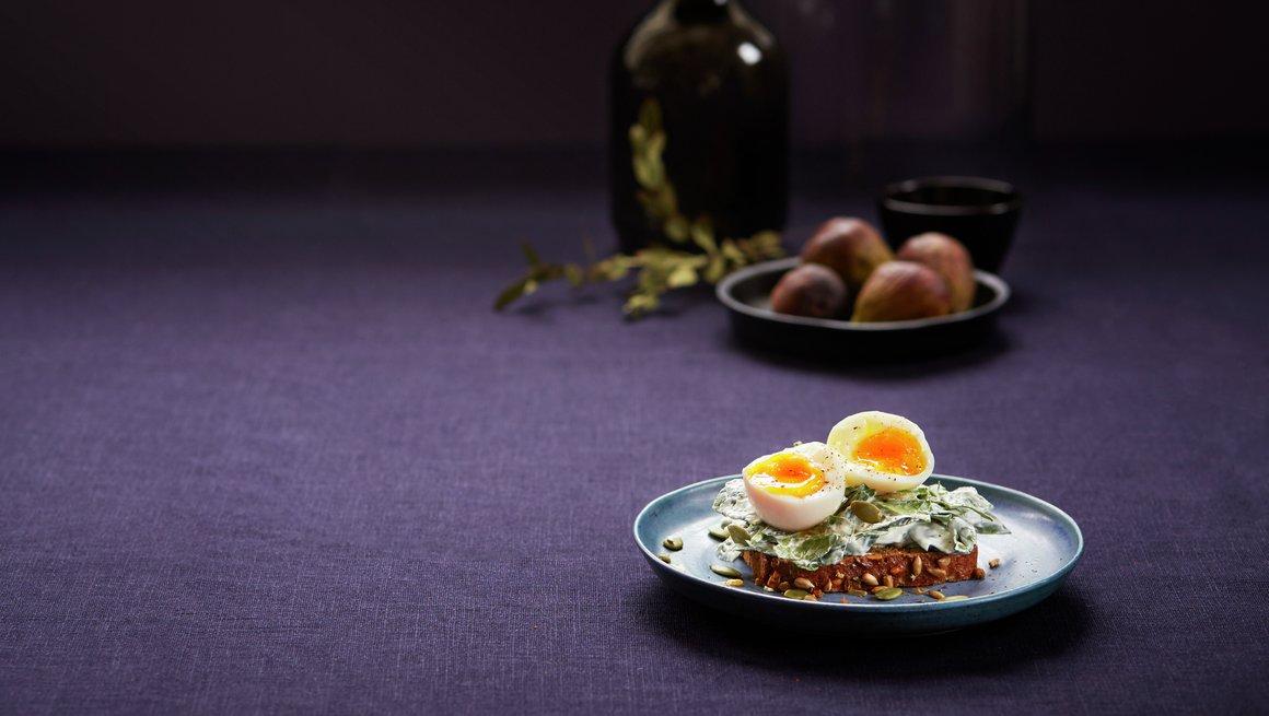 Toppbilde kokt egg på spinatkrem