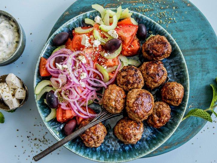 Lammeboller med gresk salat og tzatziki
