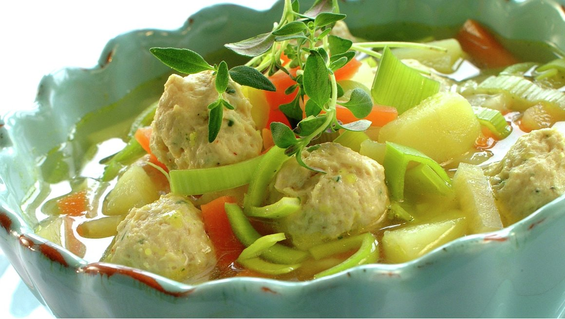 Grønnsaksuppe med fine kyllingboller