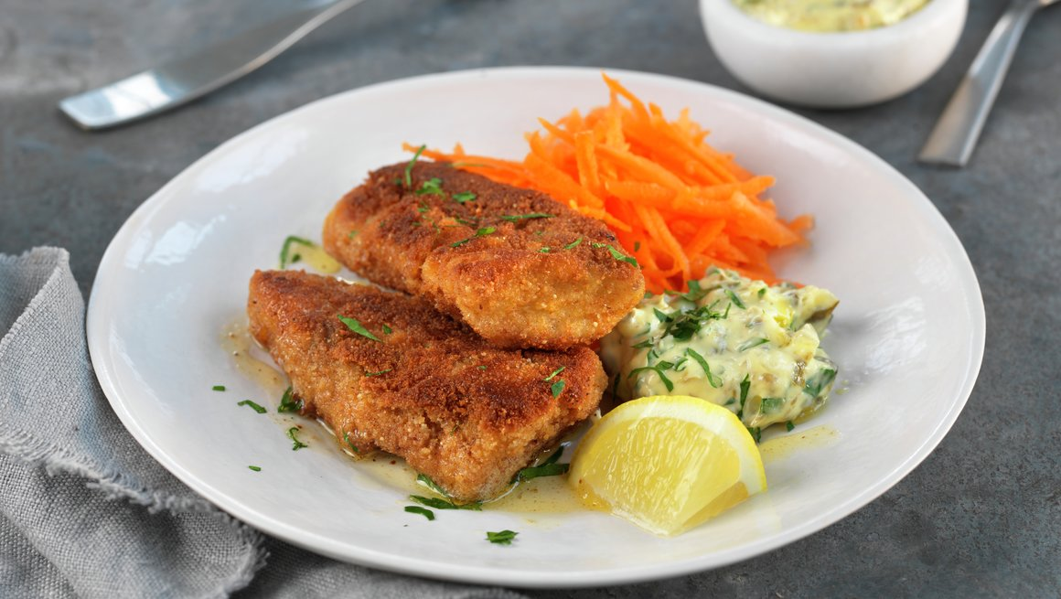 Hjemmelagde fiskepinner med råkost og potetmos