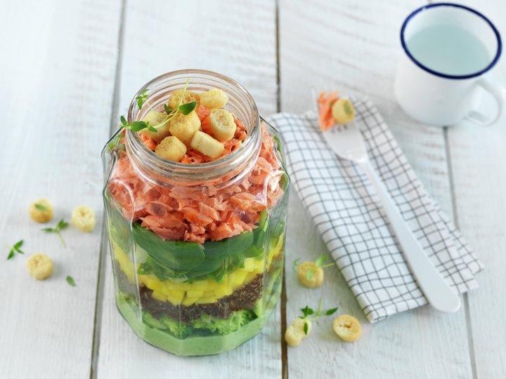 Salat med varmrøkt laks