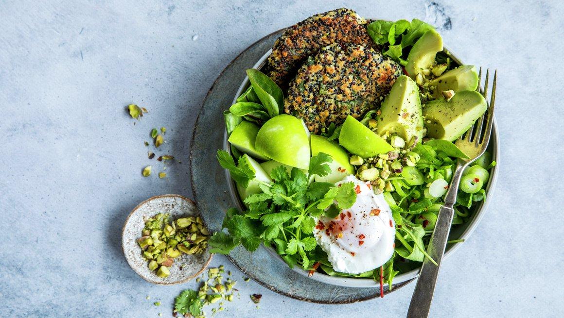 Grønn bowl med quinoa og posjert egg