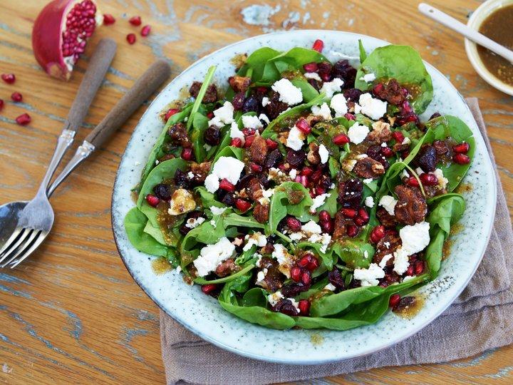 Vintersalat med spinat, krydrede nøtter og tranebær