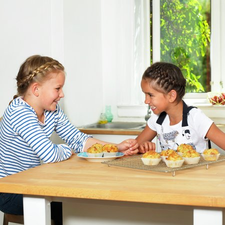 Barn med matmuffins