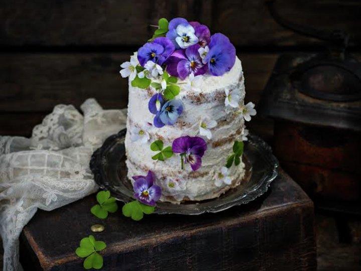 Rustikk bløtkake med mandel og blomster