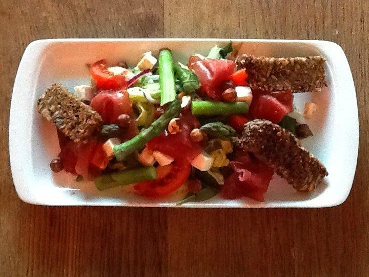 Salat med spekeskinke, arsparges og honningristet rugbrød