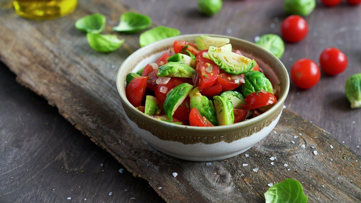 Tomat- og rosenkålsalat