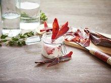 Tørket reinsdyrkjøtt med tyttebærrømme