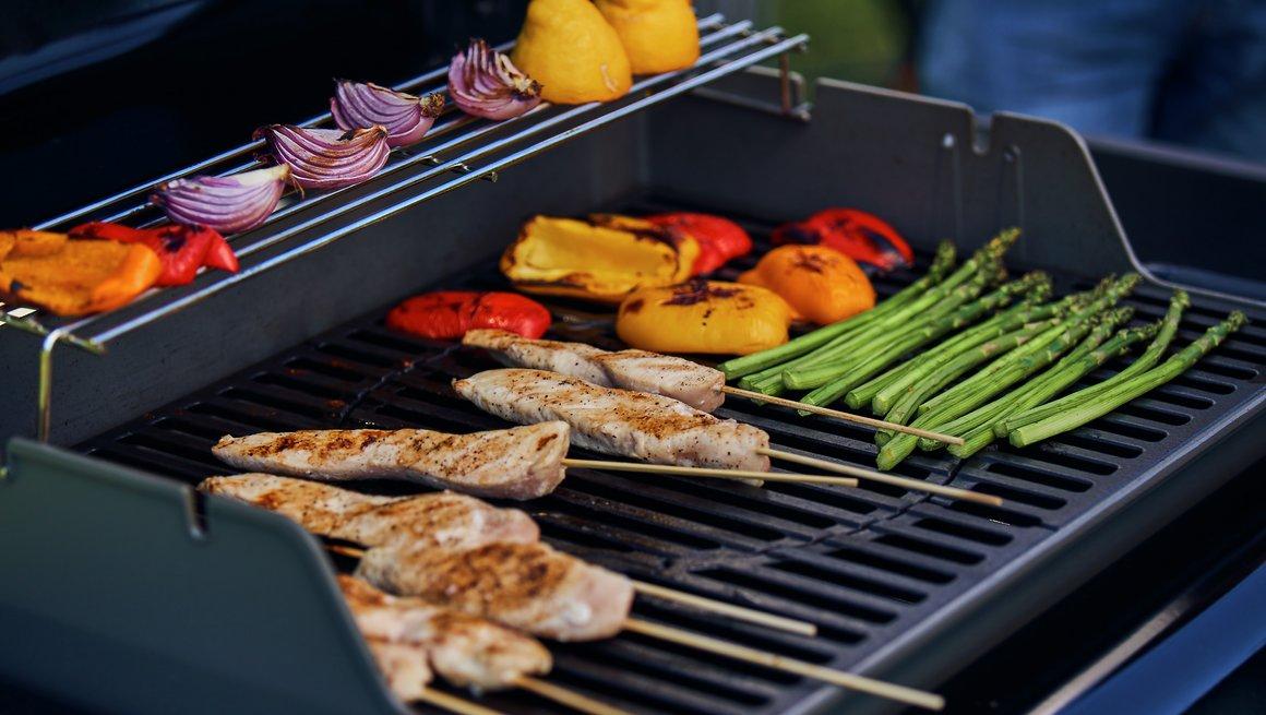 Kyllingspyd og grønnsaker på grillen
