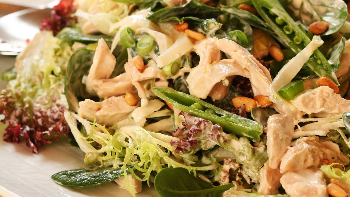 Grønn kyllingsalat med sukkererter og pinjekjerner