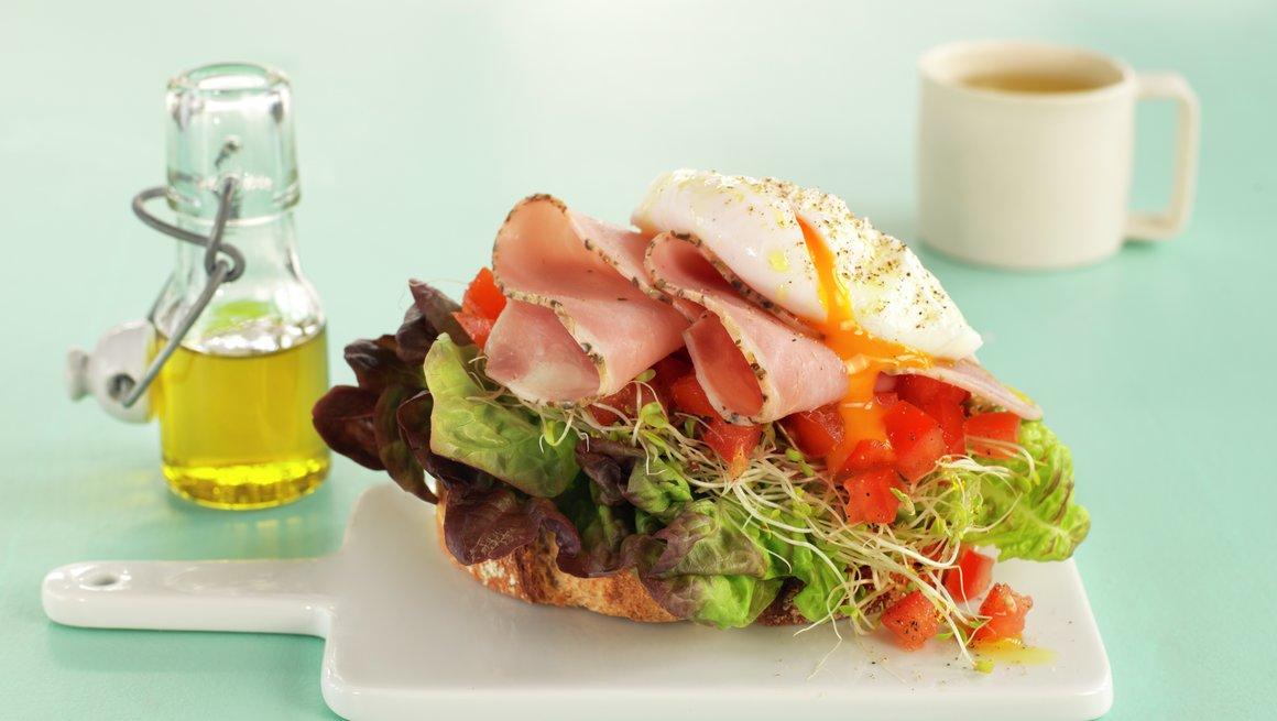 Smørbrød med posjert egg og skinke