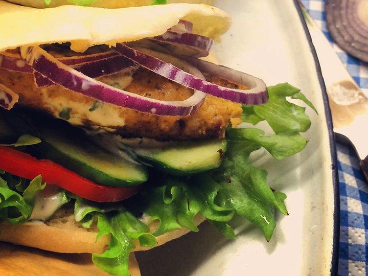 Hjemmelaget kyllingburger i pita m/hvitløksdressing