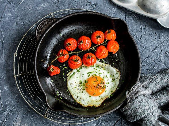 Speilegg med bakt tomat