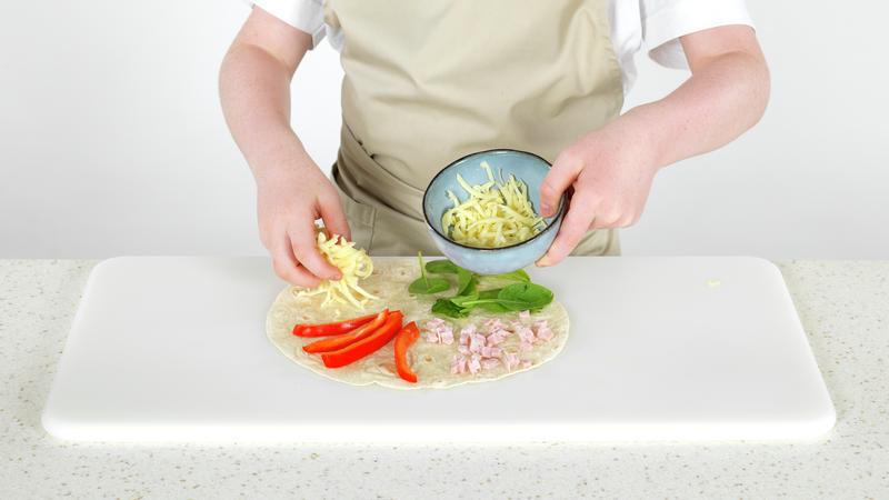 Tortillawrap med spinat, skinke, paprika og ost