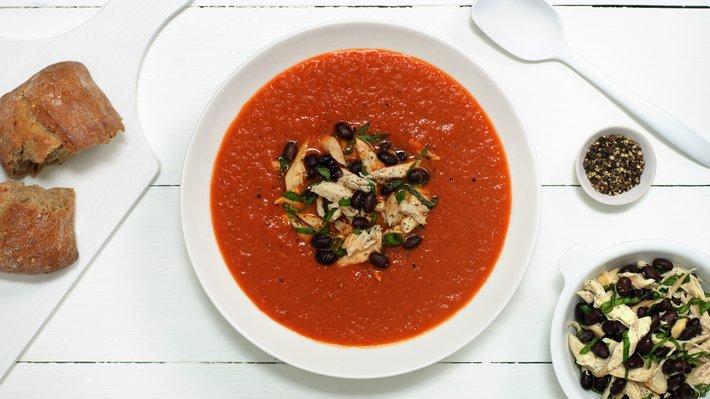 Tomatsuppe med kylling, bønner og basilikum