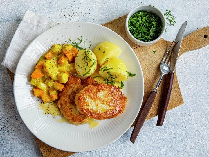 Grove fiskekaker med karristuede grønnsaker
