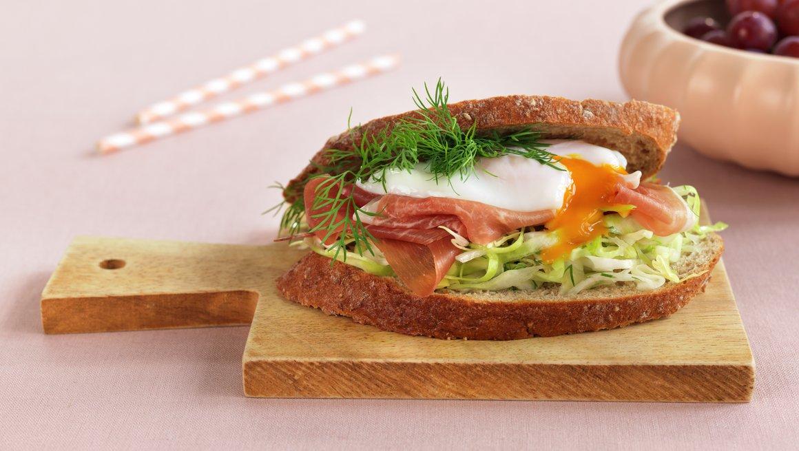 Høy sandwich med posjert egg